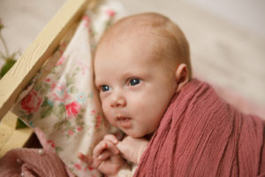 фотостудия для новорожденных москва, ньюборн фотостудия в Люберцах, ньюборн фотограф в Люберцах, девочка в розовой обмотке, фотосессия для девочки в нежных тонах для новорожденной
